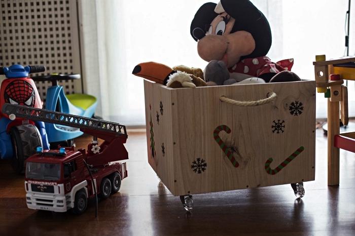 coffre à jouets sur roulettes avec poignées en corde décorée de stickers noël, rangement personnalisé pour la chambre d'enfant