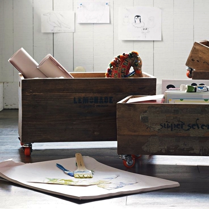 coffre de rangement en bois foncé vintage monté sur roulettes pour ranger les jouets des enfants
