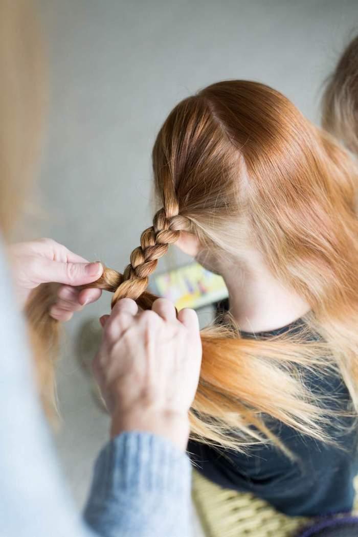 Faire deux tresses sur les cheveux longs de sa fille, idée coupe petite fille, comment faire une coiffure petite fille