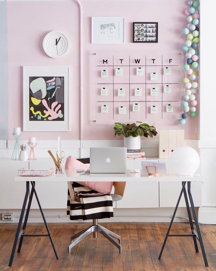 Adorable déco en rose pour le bureau scandinave, mur peinture rose et blanc, idée décoration de bureau, aménagement bureau chambre