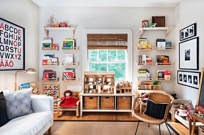 petit meuble de rangement à trois compartiments avec paniers en rotin, étagères d'épices qui font office de rangement pour livres d'enfant