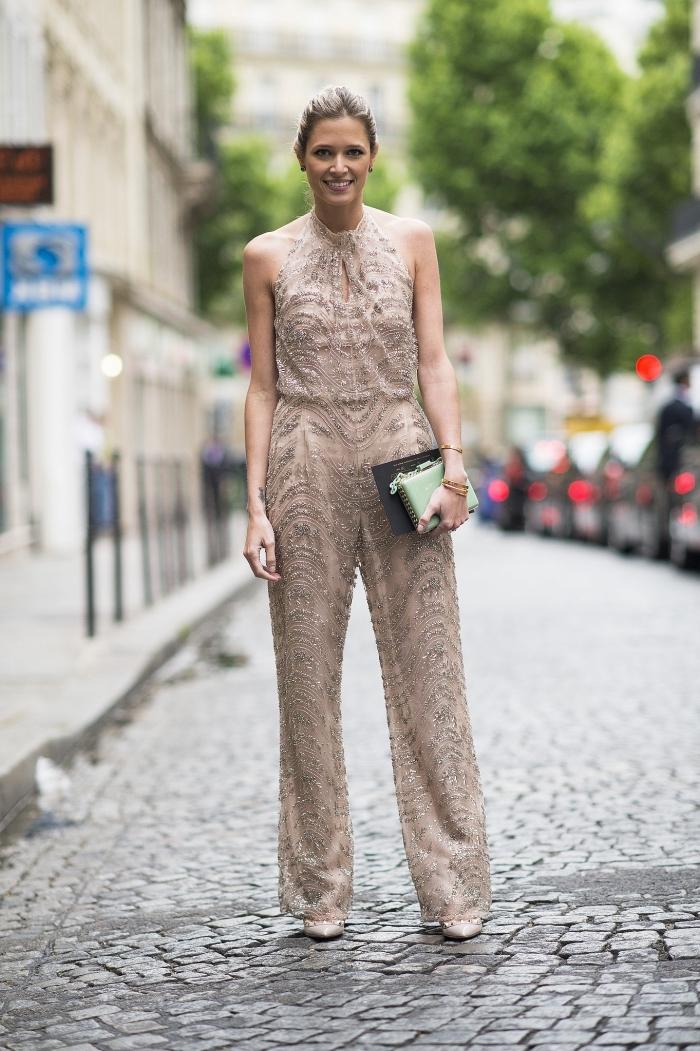 exemple look femme invitée en pantalon, modèle de combinaison couleur nude à col montant avec chaussures à talons