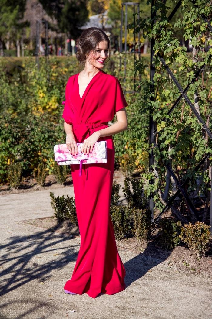 exemple de tenue de cérémonie femme habillée, modèle de combinaison aux jambes larges en rouge, coiffure cheveux en chignon bas élégant