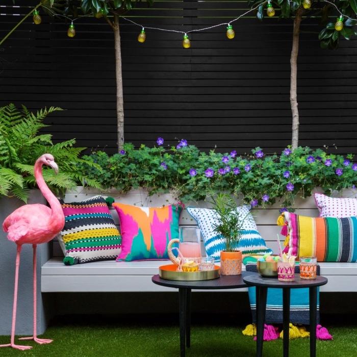 coussins multicolore aux motifs géométriques avec décoration pompons et tassels, aménager un petit jardin avec accessoires colorés