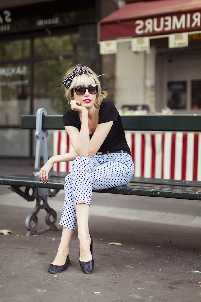 Pantalon à pois, t-shirt noire pin up année 50, robe guinguette, idée tenue femme chic, lunette de soleil