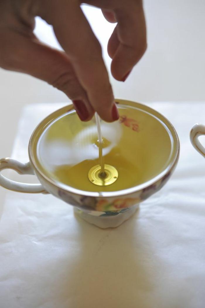 loisir créatif facile et rapide, fabrication de bougies avec huile essentielle et cire fondue, diy bougie dans tasse