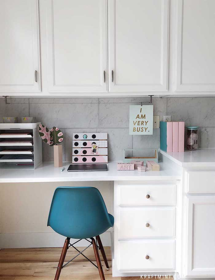 Petit espace decoration bureau, aménagement bureau, etre plus productif, blanc rangement chaise bleu miniature