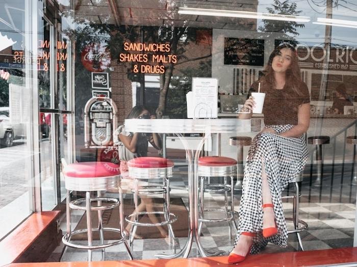 Jupe longue fendue, soirée guinguette comment s'habiller chouette idée, restaurant vitrine photo originale