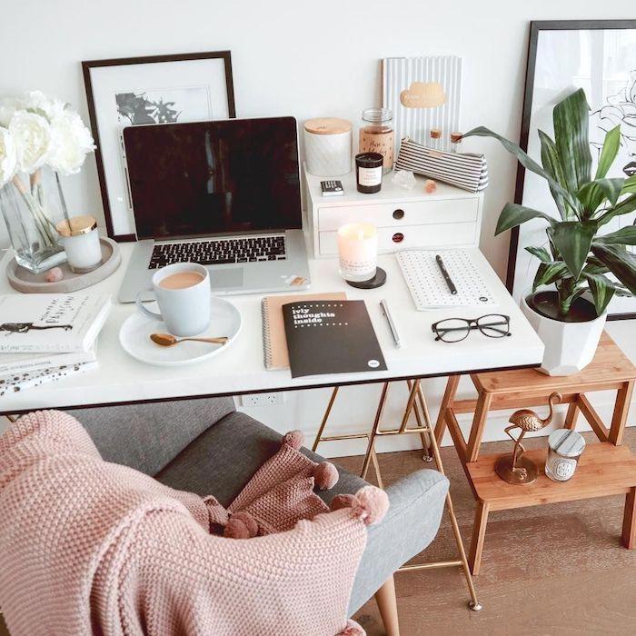 Couverture de chaise rose, photo bureau, aménagement bureau déco simple et belle, café sur le bureau, planifier son journée motivée