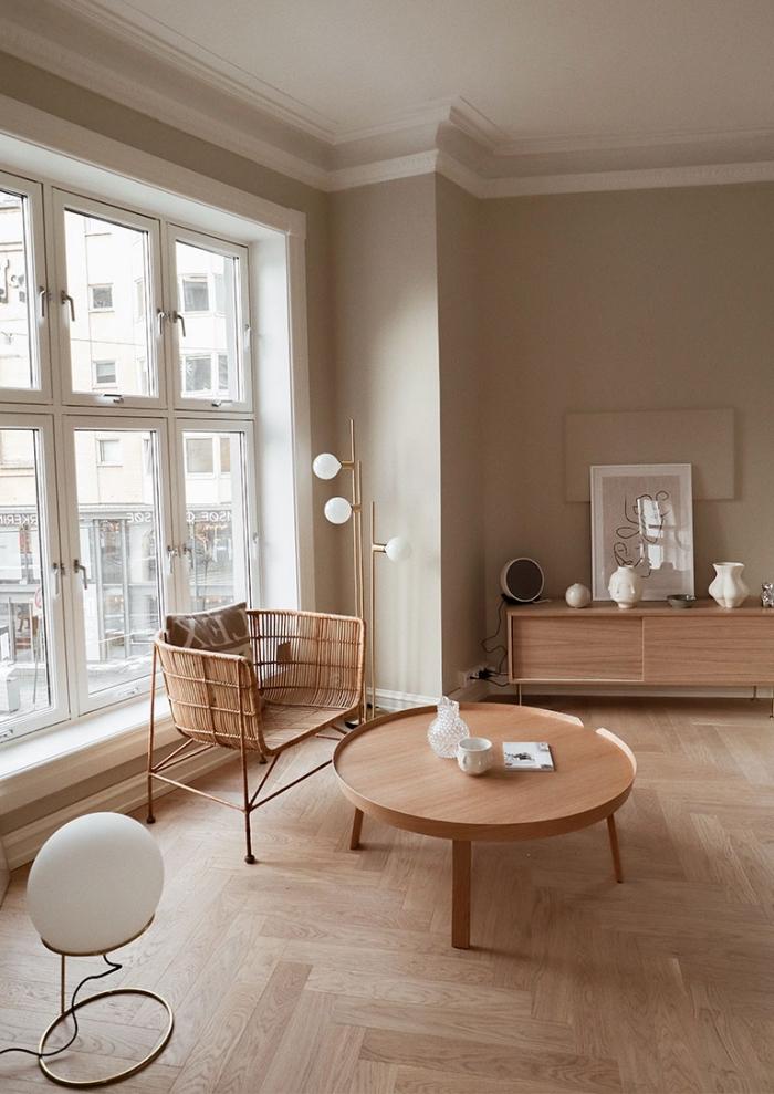 salon avec décor en couleurs neutres, idée peinture couleur sable dans une pièce minimaliste aménagée avec meuble bois clair
