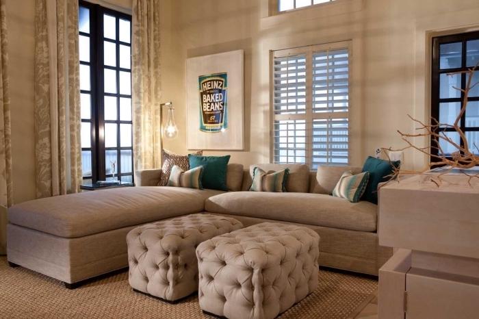 association de couleur beige dans la déco, idée salon au plafond haut avec fenêtre carreaux noirs et accents en vert