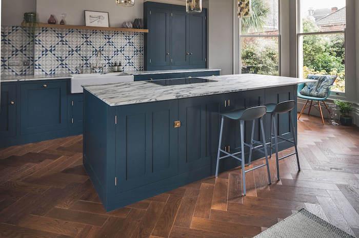 quelle couleur pour une cuisine, idée meuble cuisine et ilot central bleu foncé, parquet bois foncé, carrelage credence gris, blanc et bleu