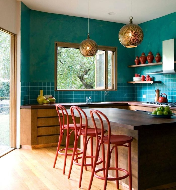 quelles couleur pour les murs d une cuisine, modele cuisine repeinte en turquoise et carrelage turquoise, ilot central bois, chaises de bar et accessoires deco rouges