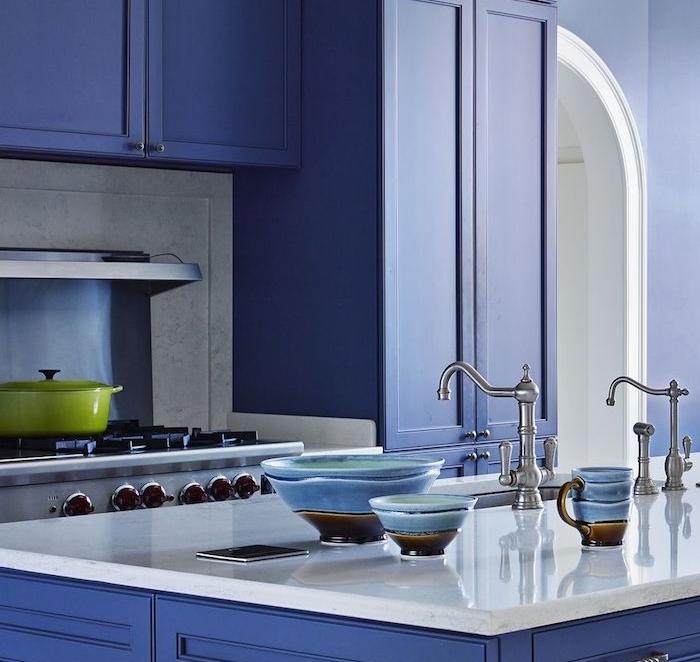 cuisine bleu teinte couleur bleu marine, ilot central et meuble cuisine bleu foncé, electromenager et robinetterie argenté