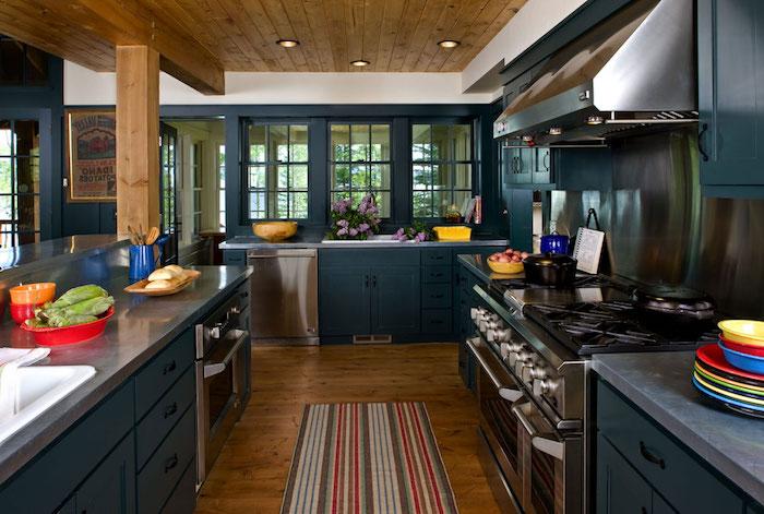 modele de meuble de cuisine bleu nuit et peinture murale cuisine bleu nuit, parquet bois, plan de travail et electromenager inox