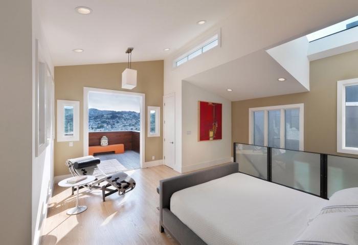 idée aménagement de petite chambre sous pente en couleurs neutres avec murs en peinture sable et plafond blanc