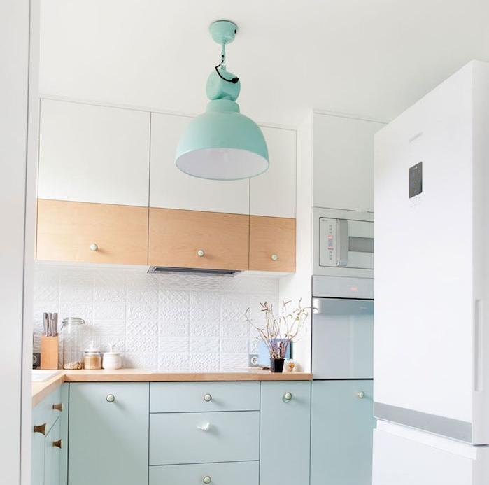 meuble bas et suspension bleu celadon, meuble haut bois et blanc, plan de travail bois, credence carrelage relief blanc