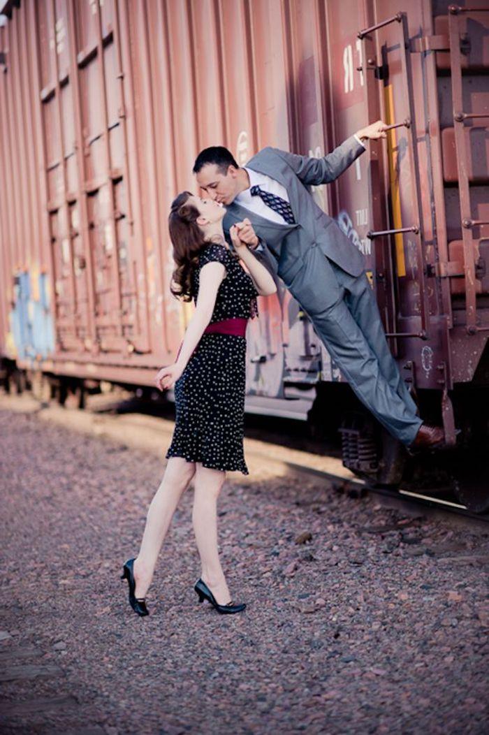 Couple photo, comment poser pour une photo style vintage, femme en robe noire, homme tailleur sur train, tenue guinguette, vintage chic soirée tenue femme