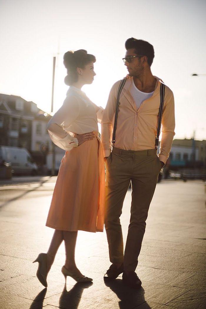 Femme et homme photo au coucher de soleil, tenue guinguette femme, chemise blanche à manche longue évasée et jupe jaune mi longue, idee robe guinguette,
