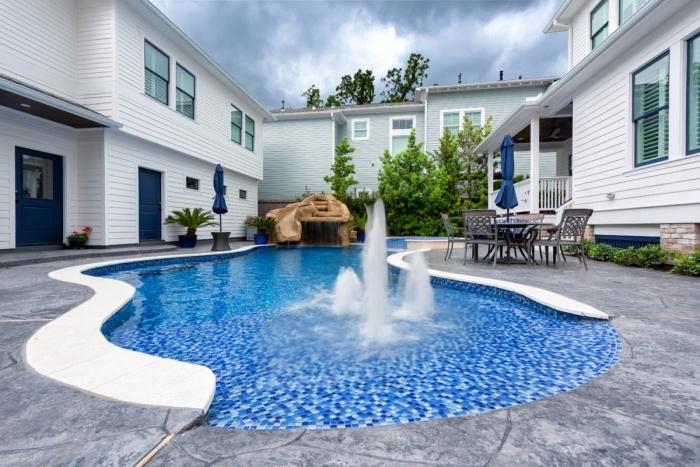 comment décorer un jardin avec terrasse béton et piscine, mobilier de jardin en fer forgé, modèle terrasse de piscine bétonnée