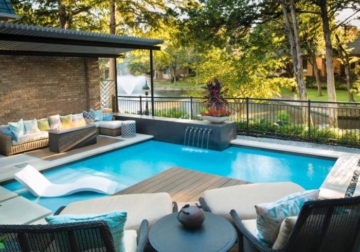 design piscine moderne avec cascade et transat intégré, aménagement terrasse en bois piscine avec meuble tressé