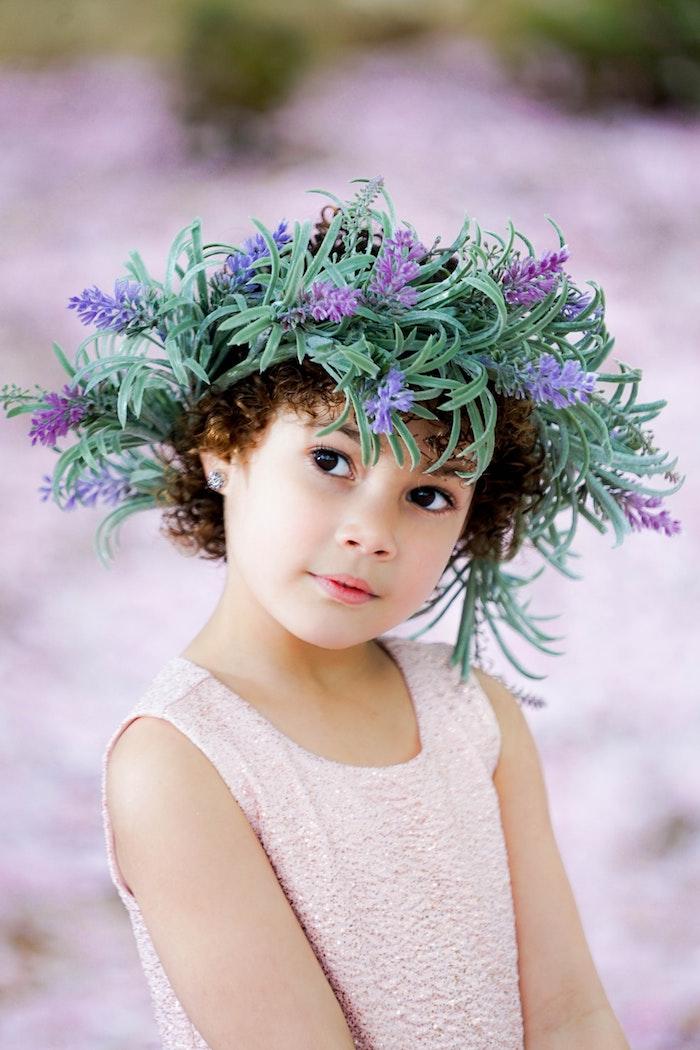 Couronne de fleurs, petite fille cheveux crépus, tuto coiffure cheveux court, photo coiffure petite fille