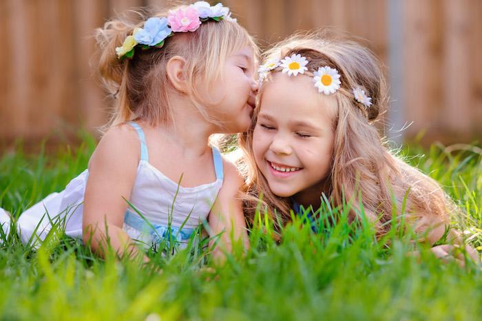 Couronne de fleurs artificiels, deux filles blondes, style hippie chic coiffure décoiffée, coupe de cheveux petite fille, coiffure enfant, coiffure fillette