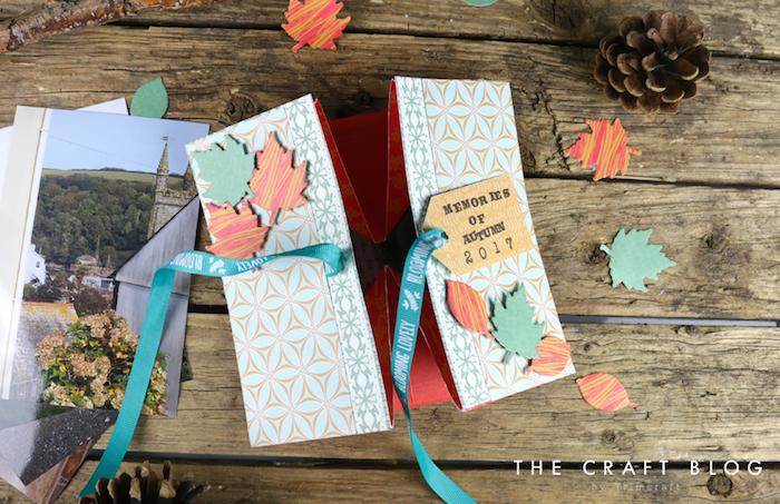 Album pliage, faire soi meme un petit livre qui se ferme avec ruban bleu, fabriquer un carnet page scrapbooking, image page de carnet, memoires d'automne
