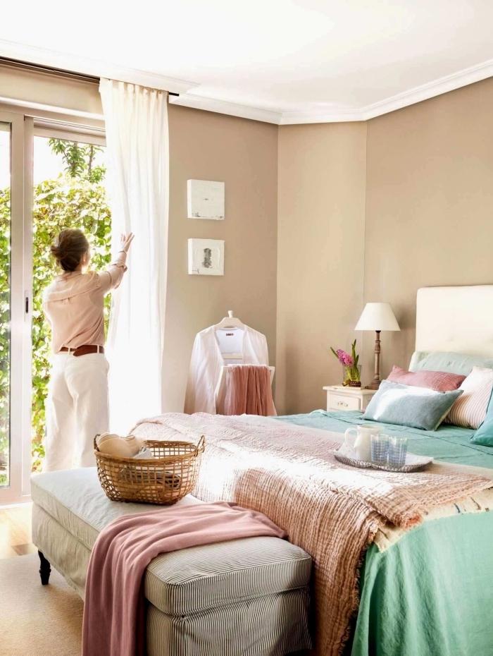 idée association couleur beige dans une chambre à coucher adulte, pièce beige avec accessoires en vert et rose