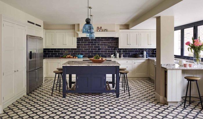 ilot central, credence carrelage cuisine bleu marine, meuble cuisine couleur blanche, carrelage sol bleu et blanc, frigo inox