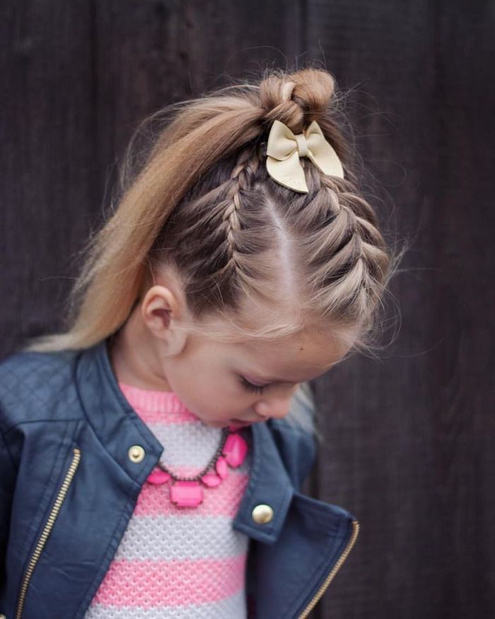 Coiffure pour fillette cheveux longs, coiffure facile avec trois tresses collées qui finissent en chignon mignon avec ruban jaune, veste cuir fille, pull rose et gris