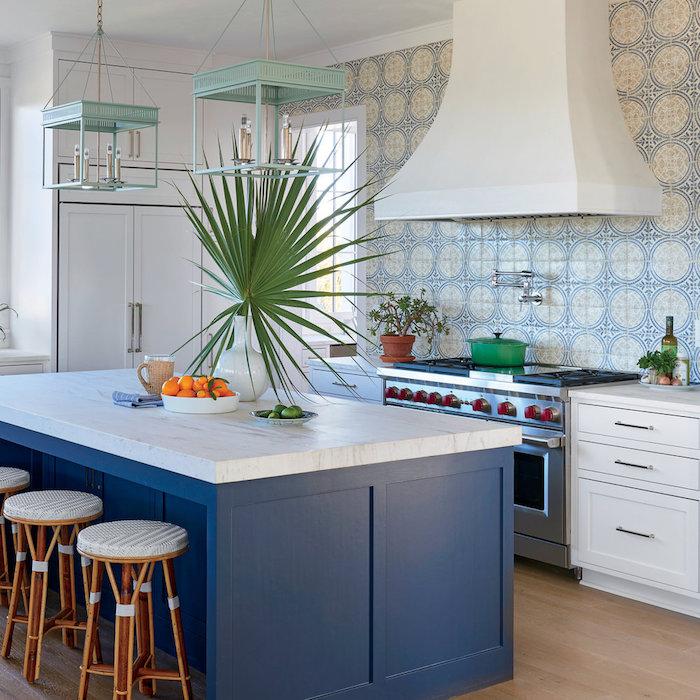 ilot central cuisine couleur bleu outre mer avec plan de travail blanc marbre, credence carrelage faience bleue t blanc, meuble bas blanc, suspensions lanterne style bord de mer