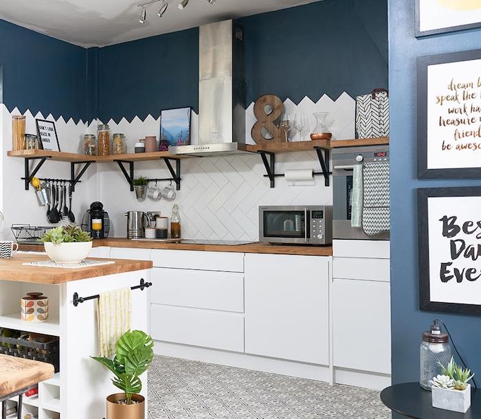 idée pour repeindre sa cuisine en bleu profond, facade cuisine blanc avec accents boisés, étagère bois et métal