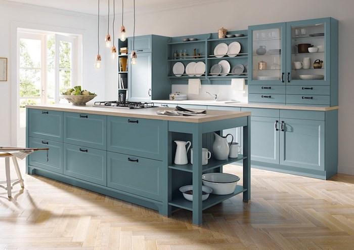 repeindre meuble cuisine en couleur bleu gris pour la facade cuisin et l ilot central, parquet bois clair, suspensions industrielles