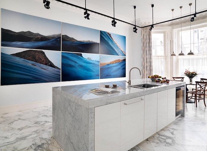 mur de cadre paysage bord de mer pour décorer le mur d une cuisine blanche et grise avec sol et plan de travail marbre, éclairage de spots