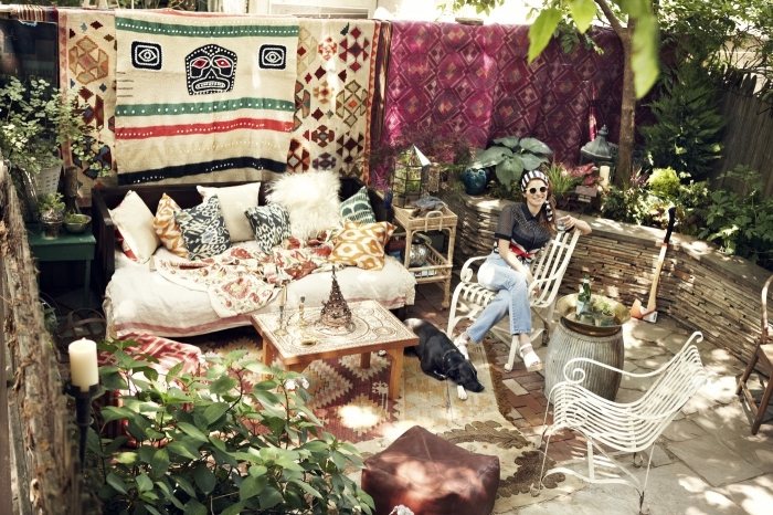 aménagement extérieur d'une maison avec cour arrière de style gypsy, petit jardin décoré avec meubles bois
