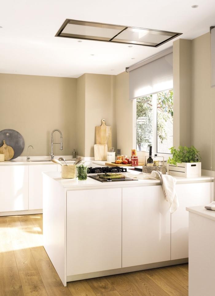 comment décorer une cuisine en beige et blanc, exemple agencement de petite cuisine ouverte en forme de U