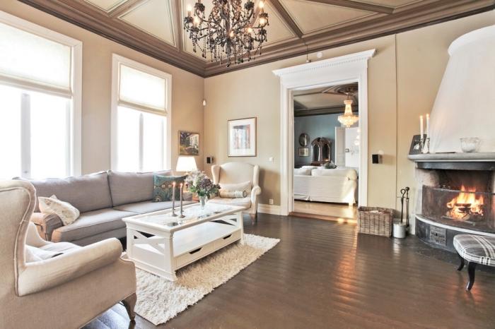 comment décorer avec la couleur sable, modèle de salon spacieux avec cheminée décoré en couleurs neutres