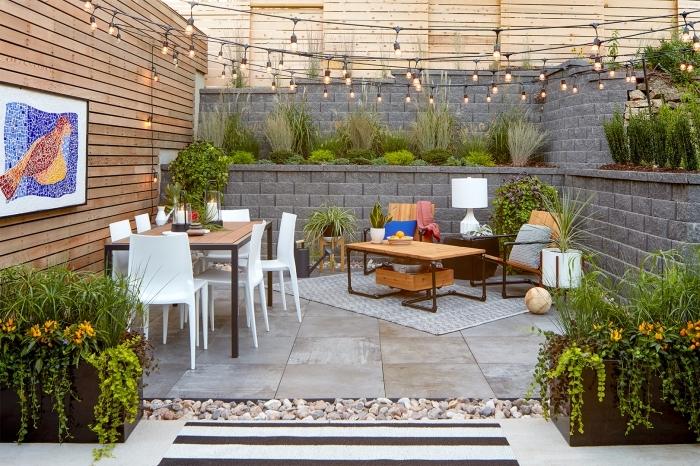exemple comment aménager un petit jardin, modèle jardin béton et bois avec dalles sol, mobilier jardin chaises blanches table bois