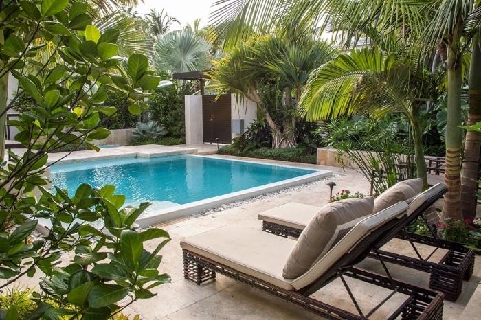 comment aménager une cour arrière avec piscine, exemple déco plage de piscine avec transats en fibre végétal