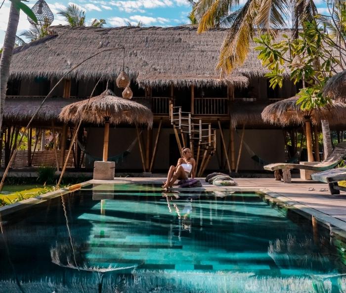 exemple de jardin avec piscine rectangulaire et terrasse en bois, idée revêtement de terrasse piscine naturelle en bois