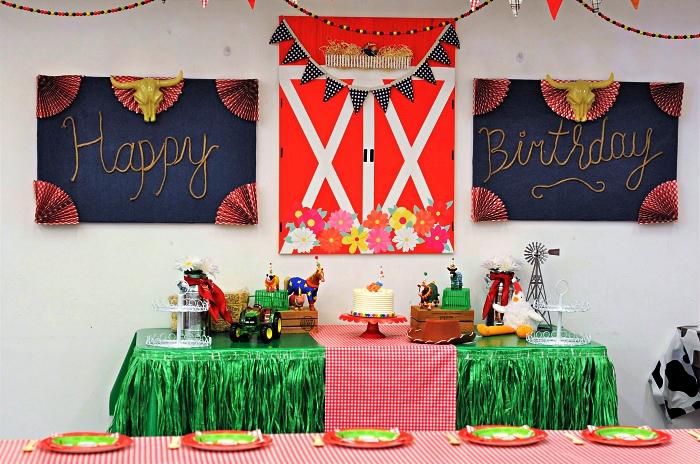 decoration anniversaire garçon sur le thème de la ferme, buffet d'anniversaire habillé d'une jupe de table verte à franges et d'un chemin de table à carreaux, déco murale de panneaux décoratifs pour anniversaire 1 an