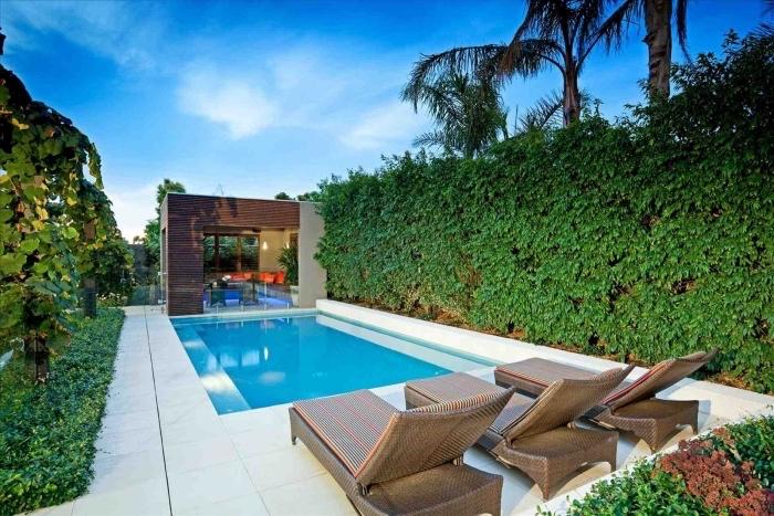 design extérieur style contemporain et minimaliste, exemple de carrelage exterieur piscine, modèle transats piscine tendance
