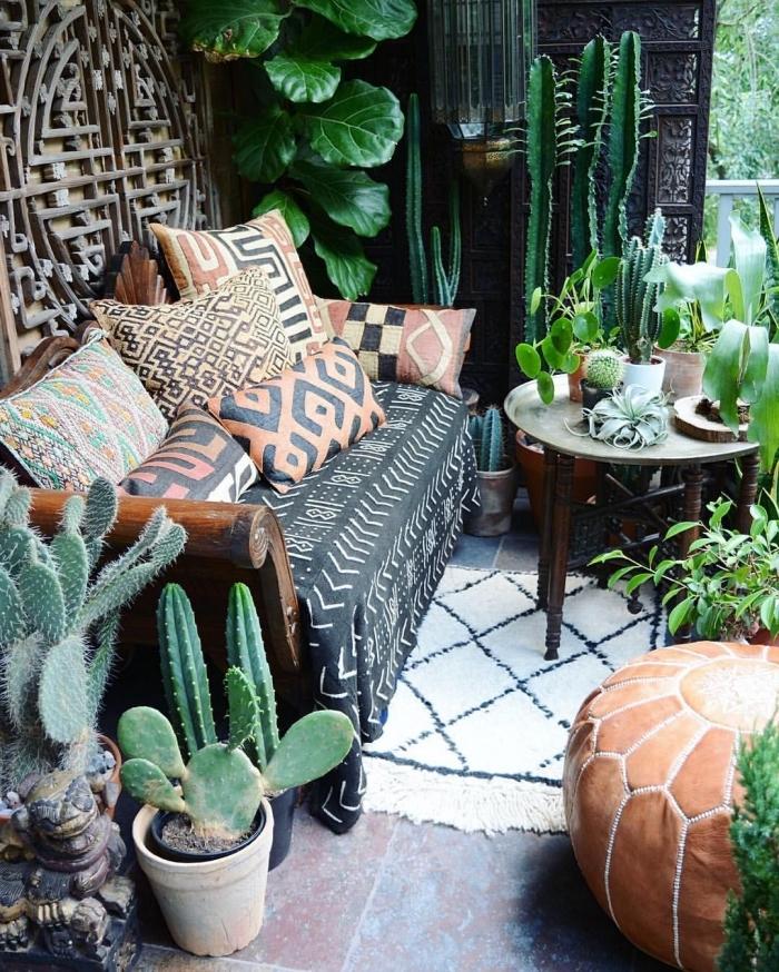 petit jardin aménagé de style tropical avec coussins motifs ethniques et cactus, idée plantes vertes pour extérieur
