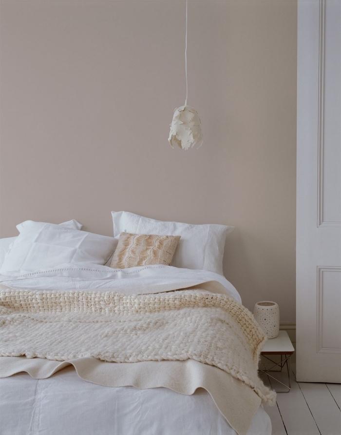 chambre à coucher aux murs neutres, idée peinture couleur sable pour déco cocooning dans une chambre ado
