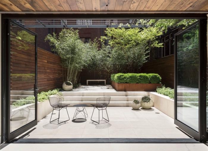 design extérieur de style contemporain dans un jardin avec clôture en bois foncé, décoration jardin extérieur
