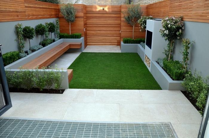 idée déco petit jardin paysager avec pelouse artificielle et terrasse en dalles, modèle clôture de jardin en bois marron