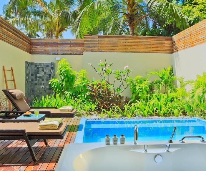 comment aménager une petite cour arrière avec piscine terrasse et petit jardin, idée revêtement de sol pour terrasse de piscine