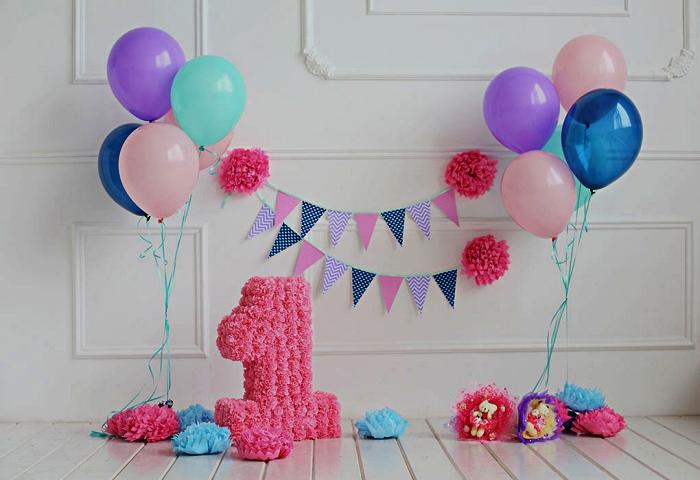 deco anniversaire enfant pour une séance photo, décor d'anniversaire avec chiffre géant de fleurs artificielles, des fleurs en papier de soie et des ballons colorés