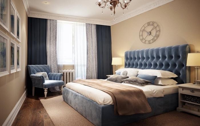 chambre à coucher moderne avec lit kingsize, idée association couleur beige avec accents en nuances de bleu